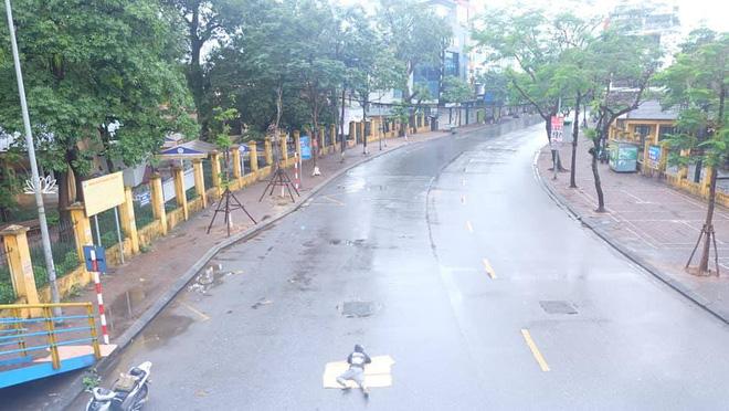 Tranh thủ Hà Nội vắng người, thanh niên mang chiếu trải ra đường để nằm, bất ngờ trước phản ứng của cư dân mạng 0
