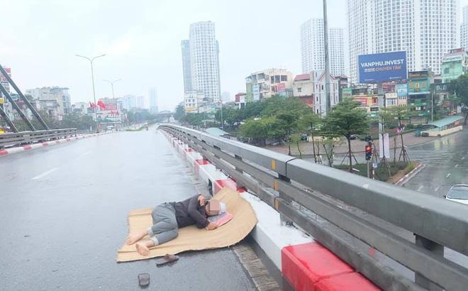 Tranh thủ Hà Nội vắng người, thanh niên mang chiếu trải ra đường để nằm, bất ngờ trước phản ứng của cư dân mạng 1