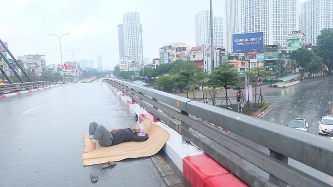 Tranh thủ Hà Nội vắng người, thanh niên mang chiếu trải ra đường để nằm, bất ngờ trước phản ứng của cư dân mạng 3