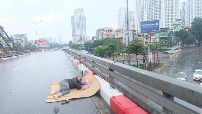 Tranh thủ Hà Nội vắng người, thanh niên mang chiếu trải ra đường để nằm, bất ngờ trước phản ứng của cư dân mạng 4