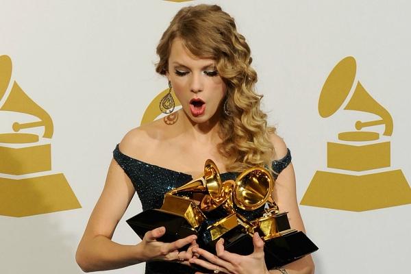 Hình ảnh Taylor Swift suýt làm rơi kèn vàng Grammy gây sốt năm nào sao năm nay chẳng thấy…