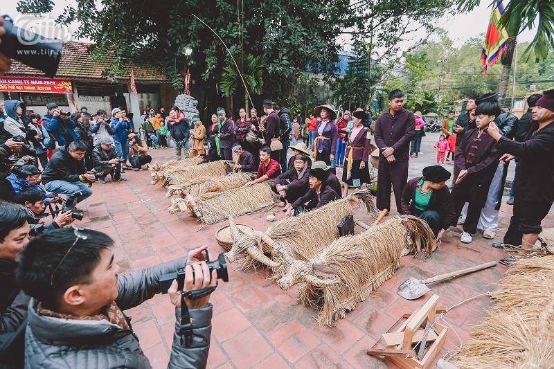 Độc đáo lễ hội trâu rơm bò rạ mùng 4 Tết, trai làng giả gái xuống đồng gieo hạt đầu năm 14