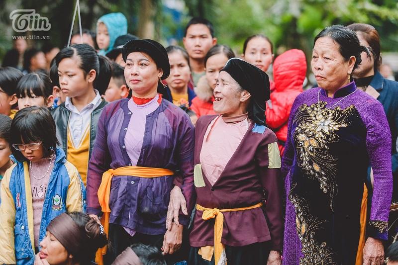 Những cụ ông, cụ bà đã có tuổi đời lớn và gắn bó lâu với nơi này đều mặc trang phục truyền thống như áo bà ba, váy đụp hoặc áo dài.