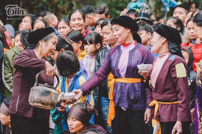 Hoạt động người dân trao cho nhau bát nước trong lúc nghỉ ngơi giữa ngày mùa cũng được dân làng tái hiện lại trong lễ hội