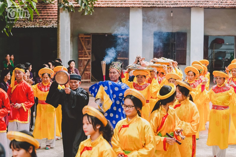 Trước khi vào hội, đoàn rước tiến hành di chuyển,dâng hươngvà lễ vật vào đền Thánh.