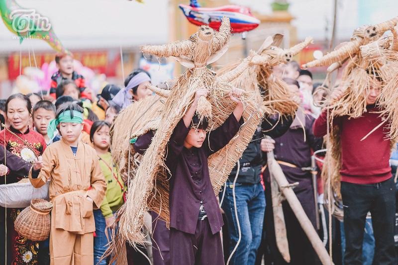 Độc đáo lễ hội trâu rơm bò rạ mùng 4 Tết, trai làng giả gái xuống đồng gieo hạt đầu năm 16