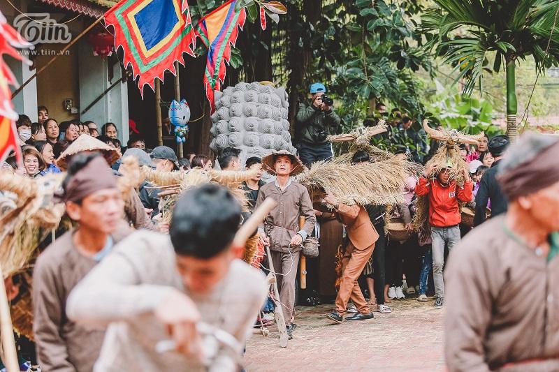 Các anh 'trai làng' hóa thân thành trâu bò, cày bừa phục vụ mùa màng, mong một năm mới bội thu