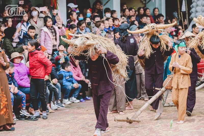 Độc đáo lễ hội trâu rơm bò rạ mùng 4 Tết, trai làng giả gái xuống đồng gieo hạt đầu năm 17