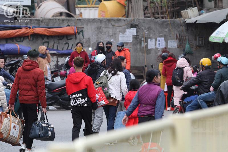Bến xe Giáp Bát sau Tết: Người dân tứ xứ 'tay xách nách mang', Thủ đô trở lại với nhịp sống tấp nập 10