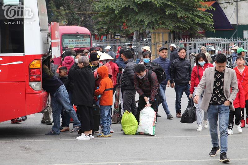 Người dân nhanh chóng di chuyển ở bến xe