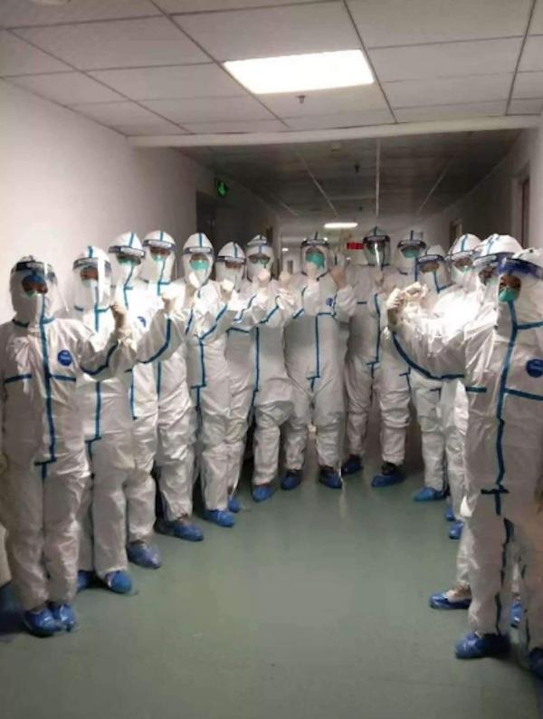 Bộ đồ của các bác sĩ trực tiếp xúc với bệnh nhân, bắt buộc phải mặc tối thiểu 4 giờ đồng hồ. Vừa kín vừa bí, nhiều người phải mặc cả 'bỉm' thì mới yên tâm làm việc.