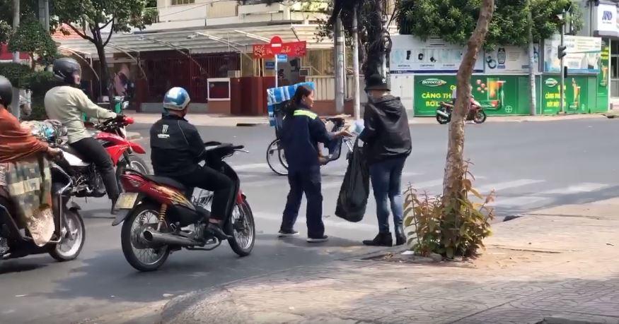 Hành động ấm áp của người Sài Gòn: Đội nắng đứng phát khẩu trang miễn phí cho người qua đường 0