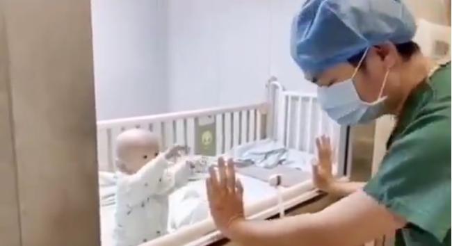 Rồi cậu bé giơ hai tay lên muốn được bố bế.