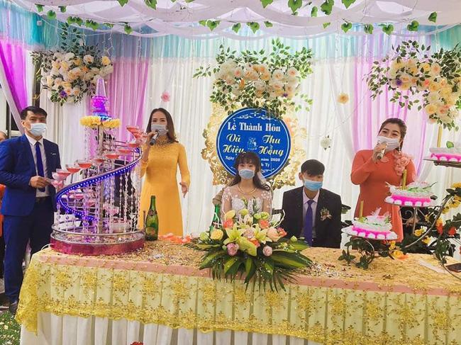 Bộ ảnh cưới và lễ thành hôn theo phong cách 'Corona' từng khiến dân mạng chú ý trước đó.