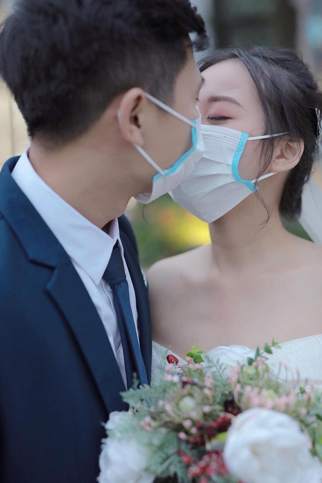 Thêm bộ ảnh cưới phong cách 'Corona' gây chú ý, bất ngờ hơn khi biết mối quan hệ của hai nhân vật chính 11