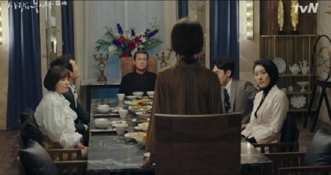 Khi gia đình tranh cãi quyền thừa kế, bà đứng lên nói rằng đợi Se Ri trở về