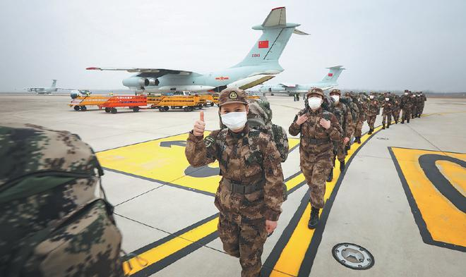 Các y bác sĩ quân y Trung Quốc trên đường thực hiện nhiệm vụ tại Vũ Hán. Ảnh: CHEN XIAODONG