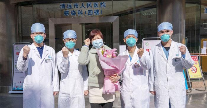Các bác sĩ ở bệnh viện tại tỉnh Hồ Bắc tặng hoa cho một bệnh nhân khỏi viêm phổi do virus corona.
