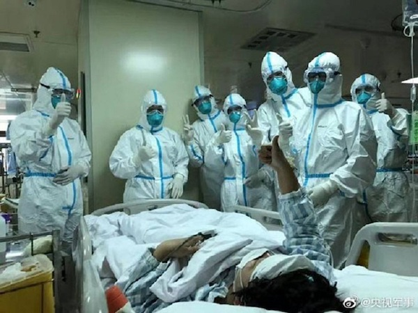 Các bác sĩ cùng bệnh nhân nỗ lực điều trị virus.