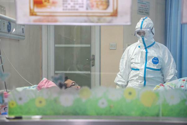 Bà Zhang Jixian kiểm tra một bệnh nhân mắc viêm phổi do nCoV. Ảnh:China Daily