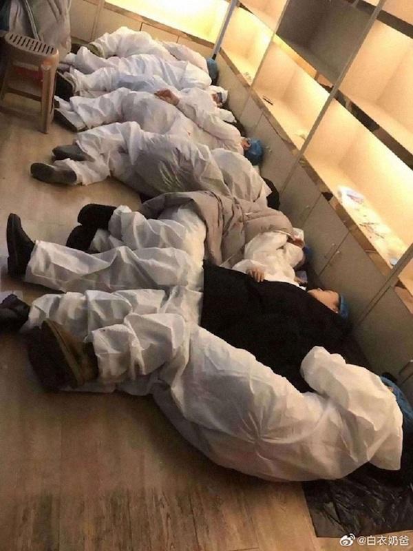 Các bác sĩ mệt mỏi vì nhiều giờ làm việc căng thẳng.