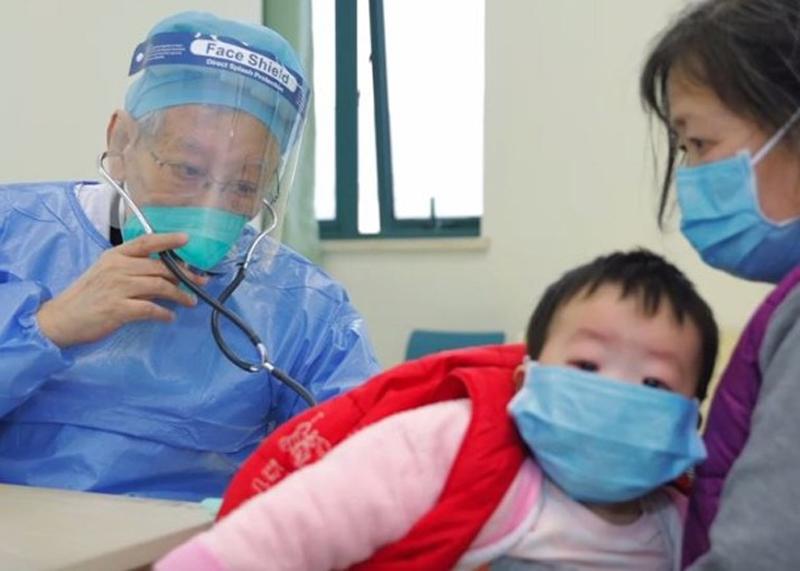 Dù tuổi đã cao và phải ngồi xe lăn nhưng giáo sư Dong vẫn tận tình cứu chữa bệnh nhân mắc Corona