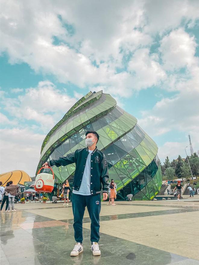 Chàng trai chụp ảnh cùng nồi cơm điện ở Quảng trường Lâm Viên.