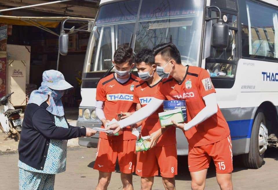 Dàn cầu thủ Việt trong mùa dịch Corona: Minh Vương tặng khẩu trang cho người dân, Tiến Linh nhắc nhở fans cẩn thận 0
