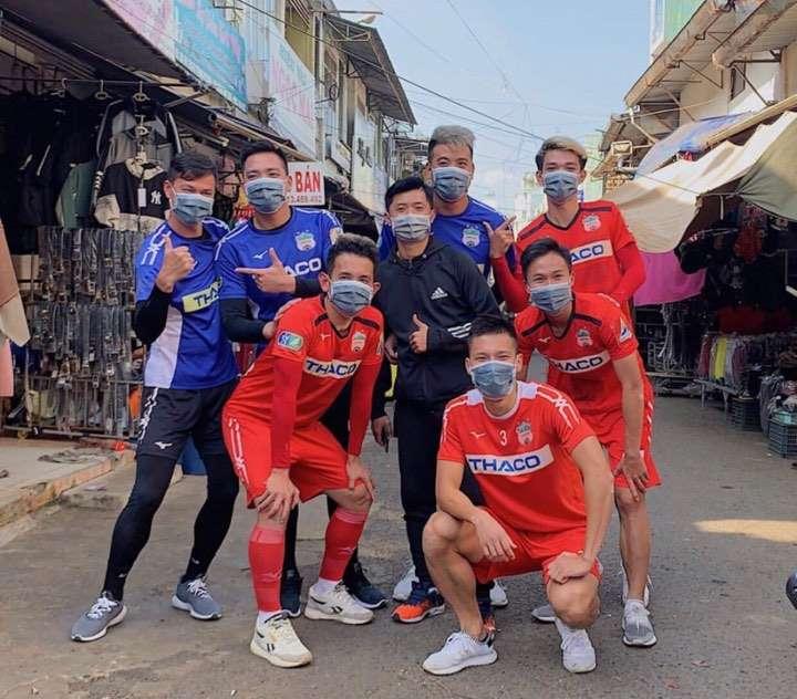 Dàn cầu thủ Việt trong mùa dịch Corona: Minh Vương tặng khẩu trang cho người dân, Tiến Linh nhắc nhở fans cẩn thận 1
