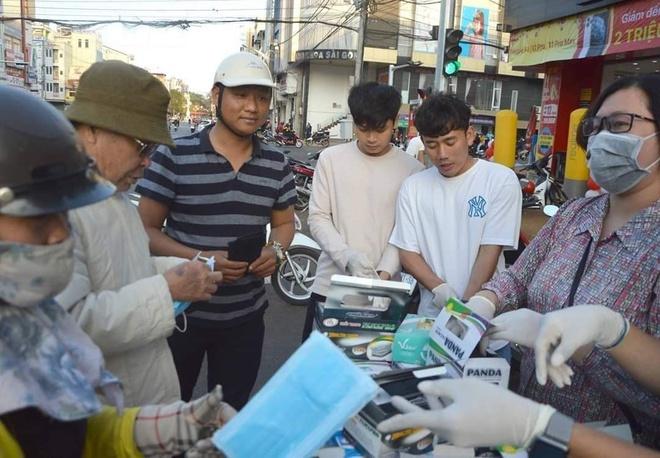 Dàn cầu thủ Việt trong mùa dịch Corona: Minh Vương tặng khẩu trang cho người dân, Tiến Linh nhắc nhở fans cẩn thận 2