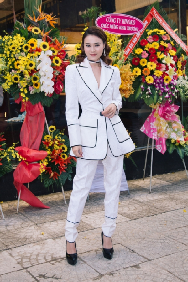Tại một sự kiện, Ninh Dương Lan Ngọc chọn diện vest cá tính. Tuy nhiên, bộ suit to quá khổ, lùng bùngkhiến cô như bị lùn đi khá nhiều.