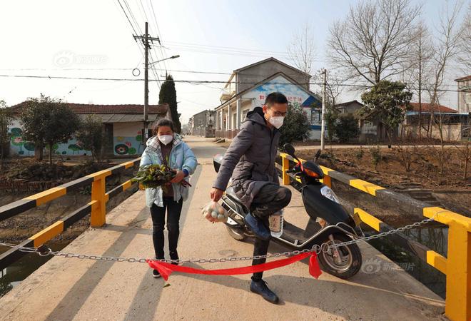 Sợi xích sắt được giăng ở lối vào thôn Dương Gia Trạch, thị trấn Tân Quảng, Thạch Thủ, Kinh Châu, Hồ Bắc. Ảnh: Sina