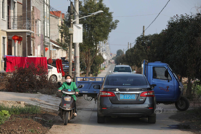 Một xe tải làm nhiệm vụ cấm đường tại thôn Lưu Gia Đài, Tân Quảng. Ảnh: Sina