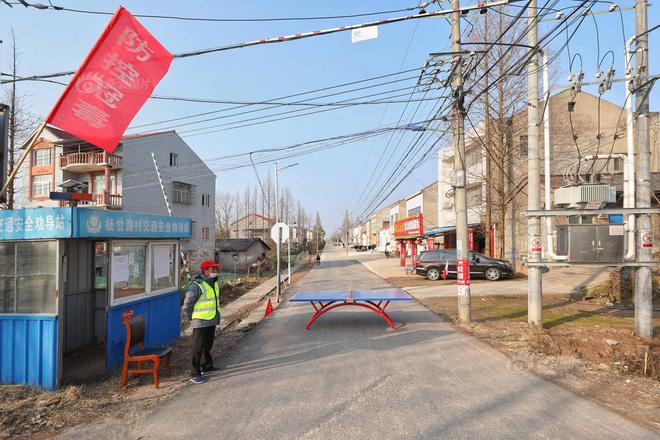 Thôn Dương Xóa Lộ, huyện Giang Lăng, Thạch Đầu, Kinh Châu, Hồ Bắc cấm đường bằng bàn bóng bàn. Ảnh: Sina