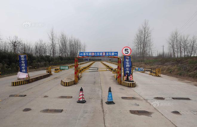 Tất cả lối vào các bến phà ở Giang Bắc, Giang Nam, thành phố Thạch Thủ đều bị cấm. Ảnh: Sina