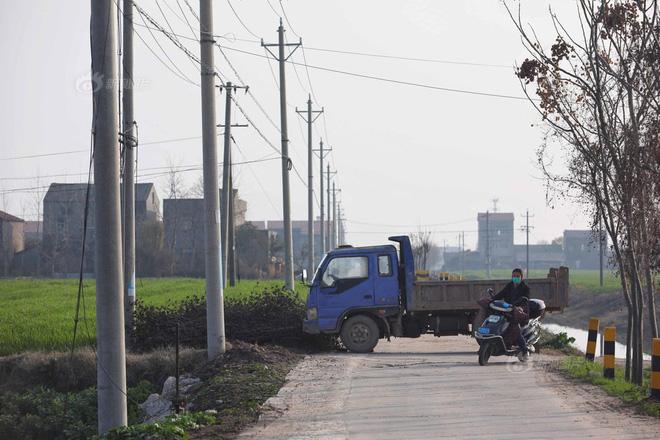 Thôn Cao Gia Đài, Tân Quảng cấm đường bằng xe tải. Ảnh: Sina