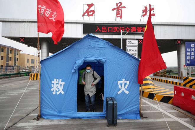 Trạm sơ cứu đặt tại lối ra phía Bắc đường cao tốc thành phố Thạch Thủ để tiếp nhận các tình trạng khẩn cấp. Ảnh: Sina