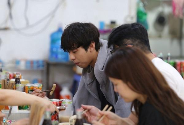 Hyo Seop ăn một tô bún bò biến thành 'hotboy bún bò'. (Nguồn ảnh: Zing.vn)
