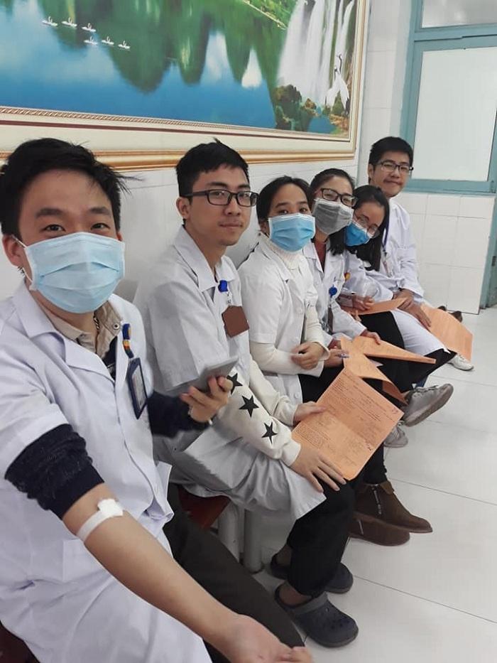 Sinh viên Tổ 12 Y6C của Y Hà Nội hiến máu khi biết bệnh viện Việt Đức đang thiếu máu trầm trọng
