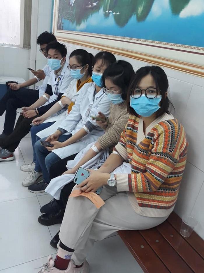 Giữa dịch nCoV, SV Y Hà Nội cùng nhau hiến máu ngay giờ học lâm sàng tại bệnh viện 2