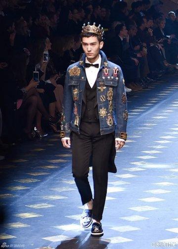 Chàng 'Thái tử' khiến không ít người hâm mộ thổn thức khi sải bước chắc chắn, đầy tự tin và nam tính trong show diễn thời trang Thu/Đông 2017 của nhãn hàng thời trang cao cấp Dolce & Gabbana.