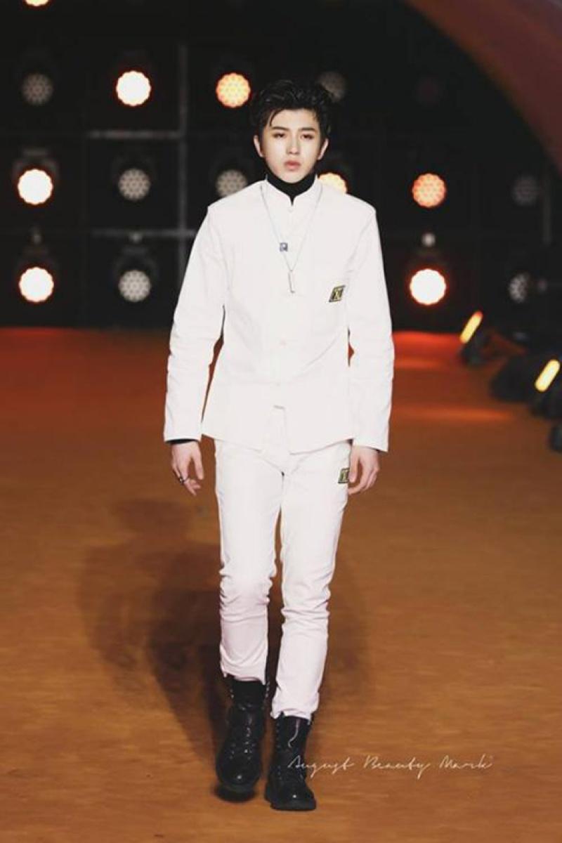 Tuy nhiên, do cách phối trang phục, anh có vẻ không được thoải mái khi bước trên sàn catwalk. Có chiều cao hơn 1,8m nhưng Thái Từ Khôn trông thấp hơn khi lên sân khấu.