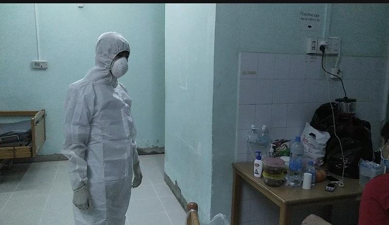 Trước khi vào tác nghiệp ở khu cách ly, phóng viên phải trang bị đầy đủ đồ bảo hộ cũng như vệ sinh khử trùng tay chân (Ảnh: Kỳ Nam)