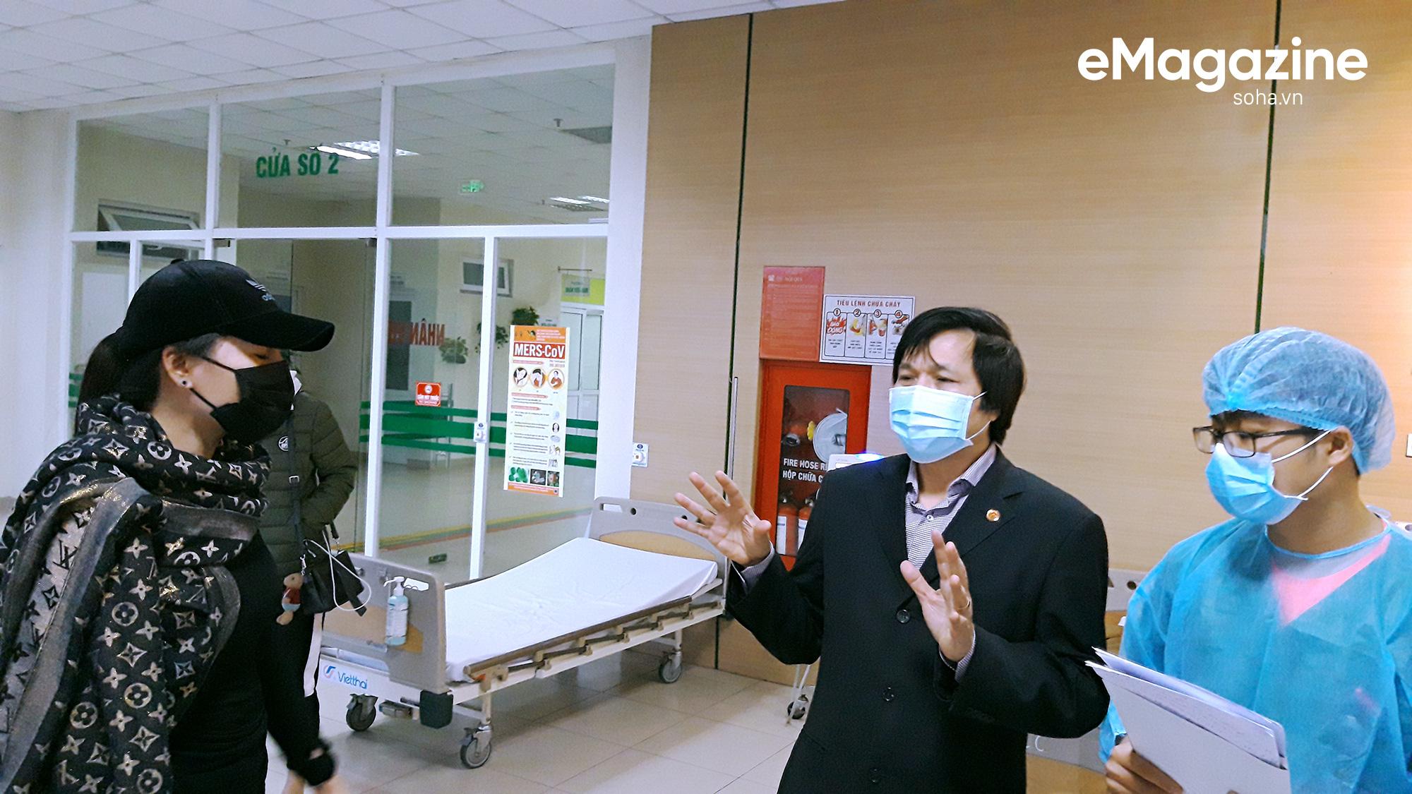 Cán bộ Bộ Y tế và bác sĩ thuyết phục một phụ nữ trở về từ Trung Quốc làm xét nghiệm để đảm bảo an toàn cho mình và người khác.