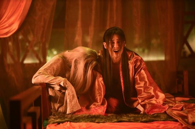 Phía sau cảnh quay tình tứ trong 'Canh Ba', hóa ra Trung Quân ngủ gật trên chiếc bụng 6 múi của Denis Đặng 2