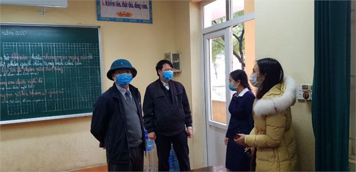 Quyền Giám đốc Sở GD&ĐT đi kiểm tra tình hình phòng chống dịch nCoV tại Trường Tiểu học Liên Bảo sáng 7/2