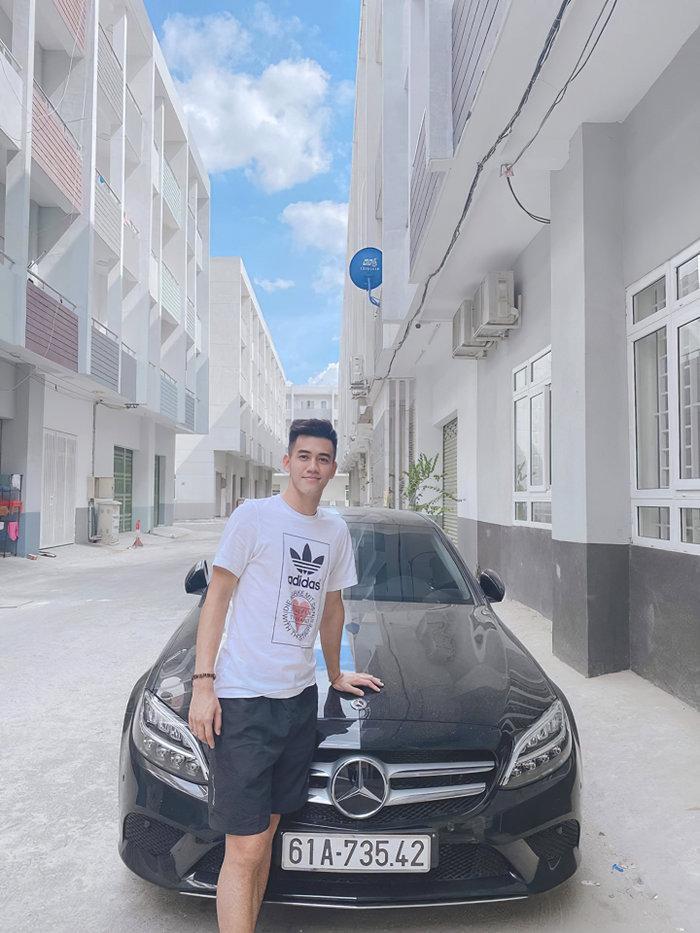 Tiền đạo Nguyễn Tiến Linh bên cạnh chiếc xe Mercedes-Benz C200 đời mới có giá gần 1,5 tỷ đồng. (Ảnh: Nguyễn Quang Trung)