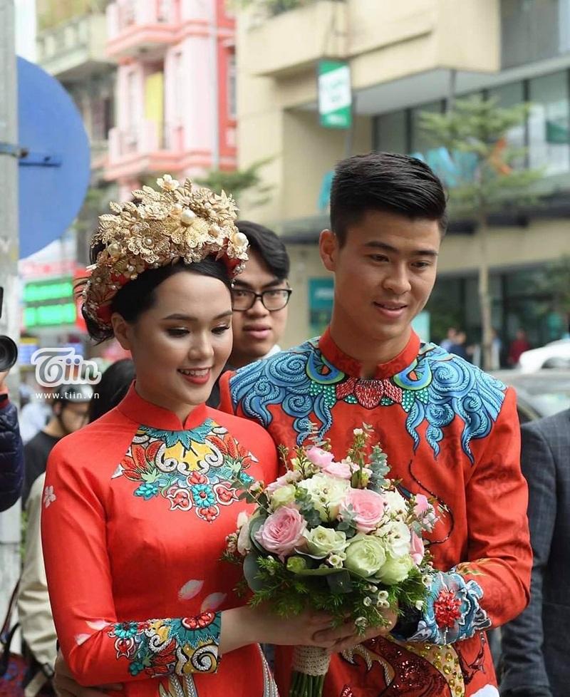 Quỳnh Anh - Duy Mạnh là cặp đôi trẻ được dân tình chú ý bởi chuyện tình yêu đẹp. Không chỉ nổi tiếng là người yêu chiều bạn gái, Duy Mạnh còn được đánh giá là người đàn ông khá tinh tế trong việc thể hiện tình cảm với nửa kia giữa chốn đông người.