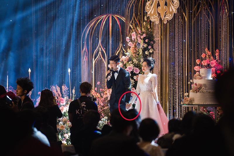 Từ đám hỏi đến đám cưới, chắc hẳn nhiều người đều để ý thấy Duy Mạnh luôn nắm chặt tay Quỳnh Anh. Dìu cô từng bước từ bên ngoài, cho đến khi bước vào lễ đường làm lễ.