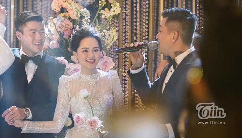 Và kể cả khi giữa hàng ngàn quan khách đang vui vẻ chúc tụng, Duy Mạnh cũng không buông tay Quỳnh Anh...